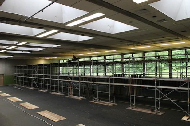 Zurzeit wird die Dreifach-Sporthalle am Wilnsdorfer Gymnasium eingerüstet, um die Unterdecke und Beleuchtung zu erneuern (Foto: Gemeinde Wilnsdorf).
