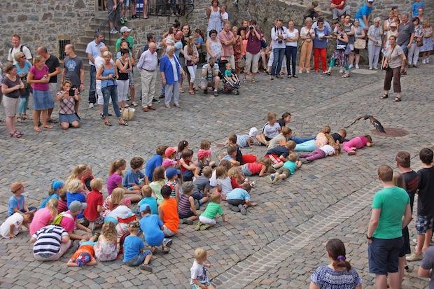Dicht über die Köpfe der Kinder folgen die Greifvögel auf der Burg Altena (Foto: Britta Gerstendorf/Märkischer Kreis).