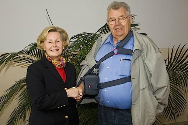 Unterstützt mit seinen Geburtstagsgeschenken das Diakonie Klinikum Bethesda in Freudenberg: Rudolf Kalteich überreichte 900 Euro an Fördervereins-Vorsitzende Ilona Schulte (Quelle: Diakonie in Südwestfalen  gGmbH).