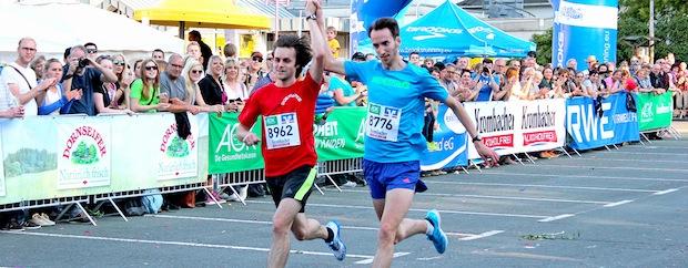 Tim-Arne Sidenstein und Alexander Henne erreichten nach 17:19 Minuten Hand in Hand das Ziel (Foto: Pascal Emrich/FLVW Siegen-Wittgenstein).