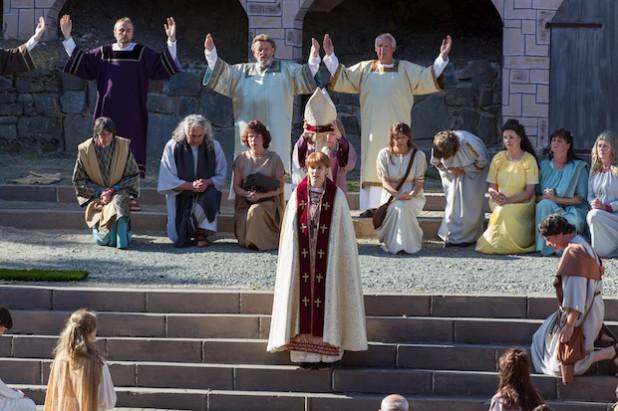 """Johanna von Ingelheim wird als """"Johannes Anglicus"""" zum Papst gekrönt (Foto: Freilichtbühne Hallenberg e.V.)."""