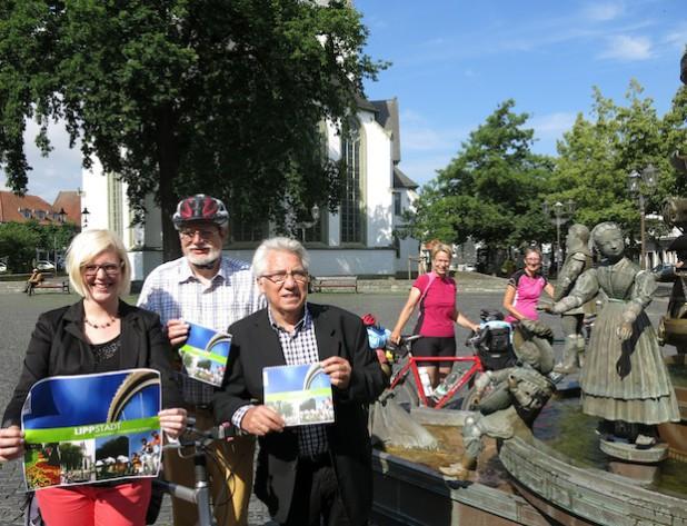 Von links: Lara Schwientek (Lippstadt Marketing), Manfred Kaul (ADFC Lippstadt) und Dieter Möhrke (Standpunkt-Verlag).