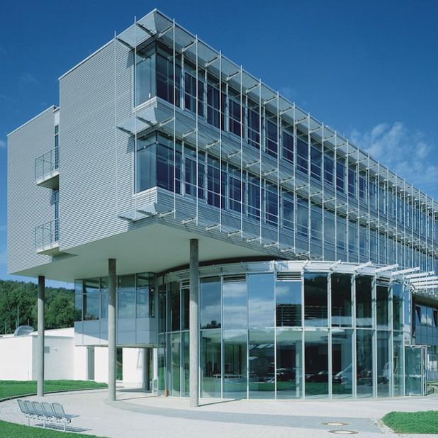 Das Verwaltungsgebäude von SIEGENIA in Wilnsdorf-Niederdielfen (Foto: SIEGENIA GRUPPE).