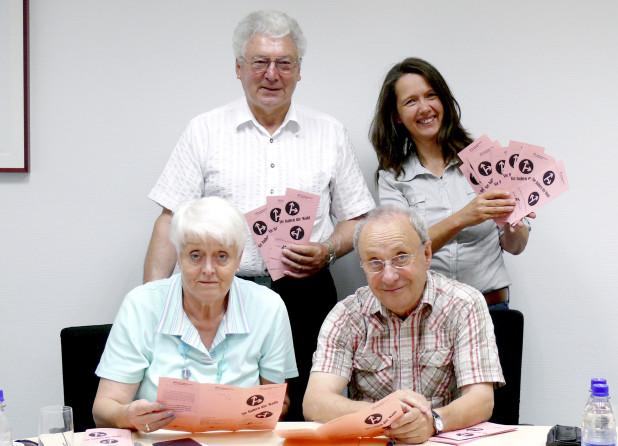 Stellten den Flyer zur Seniorenbeiratswahl bei einem Pressegespräch vor: Beiratsmitglied Herbert Hahner und Beirats-Geschäftsführerin Sabine Meyer (beide stehend) sowie Ursula Buddruweit, stellvertretendes Mitglied, und Beiratsvorsitzender Dr. Holm Roch (Foto: Stadt Iserlohn).