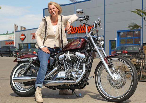 Die Gewinnerin des Bikes der Aktion 2013/14 holt ihre Maschine bei Thunderbike Harley-Davidson Niederrhein in Hamminkeln ab (Quelle: DRK-Kinderklinik Siegen gGmbH).