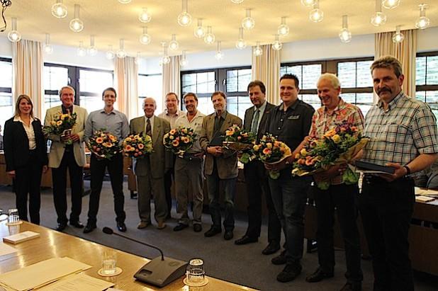 Insgesamt zwölf Ratsmitglieder schieden mit Ablauf der IX. Wahlzeit aus dem Rat der Gemeinde Wilnsdorf aus. Bürgermeisterin Christa Schuppler würdigte ihr Engagement mit lobenden Worten, Blumen und Ehrengaben (Foto: Gemeinde Wilnsdorf).