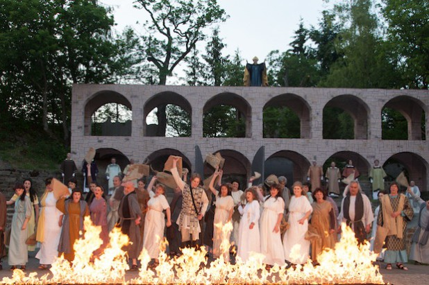 Rom brennt. Die Gegenspieler Johannas schrecken auch vor Brandstiftung nicht zurück (Foto: Freilichtbühne Hallenberg e.V.).