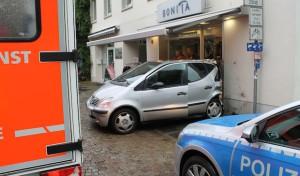 Attendorn: Fahrzeug landet in Schaufensterscheibe