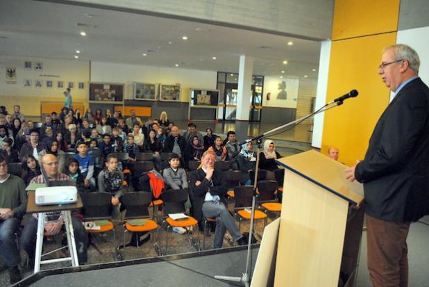 Bürgermeister Ralf Péus begrüßte 60 Schülerinnen und Schüler und ebenso Schulleiter Michael Aufmkolk am Bestwiger Franz-Hoffmeister-Schulzentrum: Mit dem neuen Schuljahr startet jetzt auch der neue Sekundarschul-Teilstandort durch (Foto: Gemeinde Bestwig).