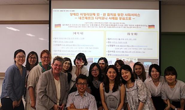 Maria Pipak-Meier (3. von links) und Inge Bluhm (4. von links) waren im Namen der Netzwerk Diakonie in Südkorea, um u.a. über Angebote und Konzeptionen zu berichten (Foto: Diakonie Mark-Ruhr gemeinnützige GmbH).