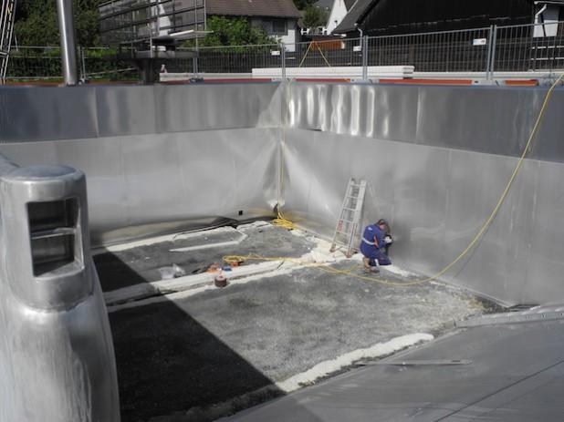 Der Stahlboden ist schon entfernt, jetzt folgen die Seitenwände des Beckens, um der Ursache für den Schaden im Freibad festzustellen (Foto: Gemeinde Burbach).