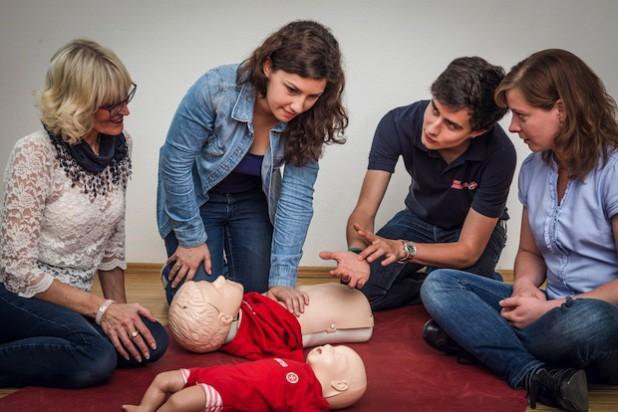 Ein Ausbilder demonstriert die Wiederbelebung am Kind - Foto: Johanniter-Unfall-Hilfe e.V.
