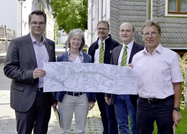 Stellten bei einem Pressegespräch vor Ort die Baumaßnahmen vor (v. links): Mike Janke und Gabriele Bilke (Stadt Iserlohn), Jörg Franke und Thomas Armoneit (Stadtwerke Iserlohn) und Rüdiger Klincke (Stadt Iserlohn) - Foto: Stadt Iserlohn.