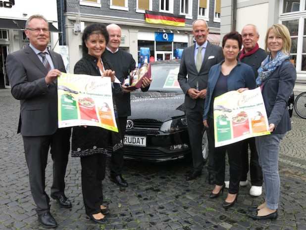 Gerd Ziems (Lippstädter Werbegemeinschaft), Carmen Harms (KWL), Ralf Mende (Altes Gasthaus Voss), Günter Hippchen (Volksbank), Claudia Hunecke-Büker (Autohaus Hunecke), Gerhard Auer (Böttger-Auer Creativ Catering GmbH) und Anja Bauer (KWL) - Foto: Stadt Lippstadt.