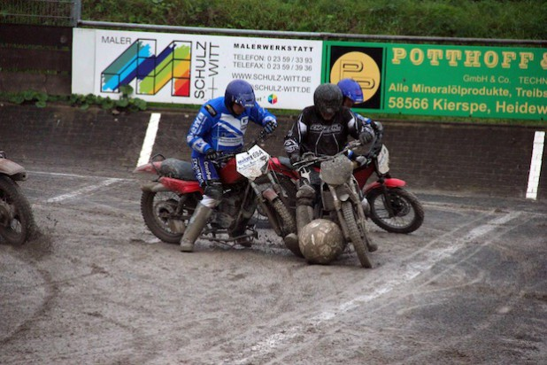 Lothar Grabs (MBC) und Frank Schmiedel (Tornado) im Zweikampf um den Ball (Quelle: Sebastian Schmiedel/MSF Tornado Kierspe e.V.).