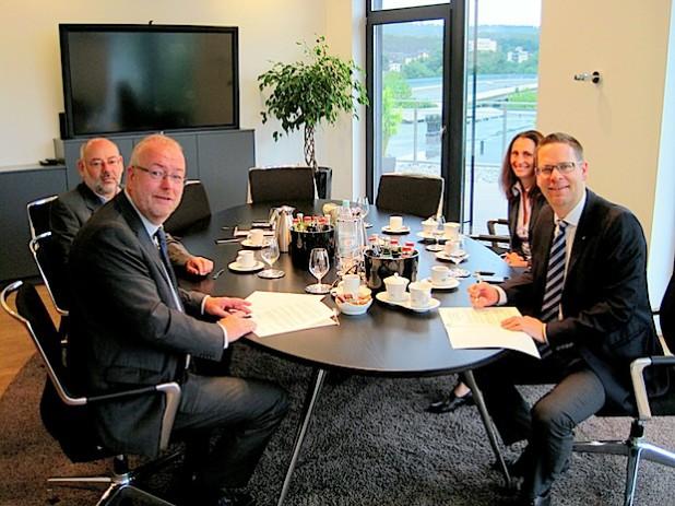 Das Bild zeigt Bürgermeister Walter Kiß (vorne links) und Geschäftsführer Mark Georg (vorne rechts) sowie Sozialdezernent Dieter Loske und Projektleiterin Andrea Heupel (Firma Georg) bei der Vertragsunterzeichnung (Foto: Stadt Kreuztal).