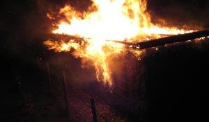 Wickede-Schlückingen: Holzunterstand angezündet