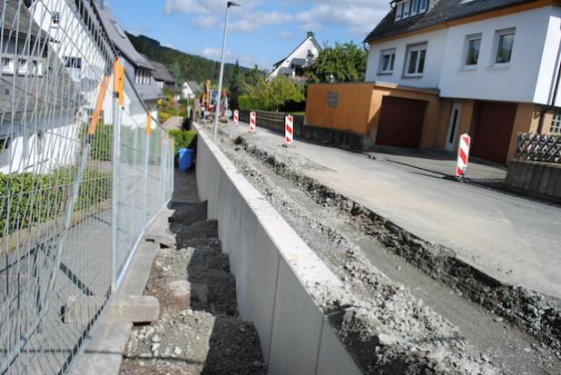 Die Gemeinde Bestwig erneuert zurzeit eine 31 Meter lange Stützmauer an der Franz-Hoffmeister-Straße in Ramsbeck (Foto: Gemeinde Bestwig).