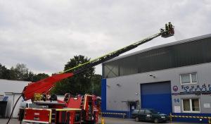Übungsszenario: Dachdecker auf Firmendach verunglückt