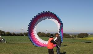 Herbstliches Ballett der Windvögel bezaubert Besucher beim Drachenfest
