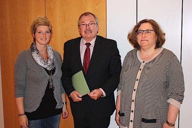 Landrat Frank Beckehoff gratulierte Sabine Krippendorf (rechts) und Sonja Hesse zur Wahl (Foto: Kreis Olpe).