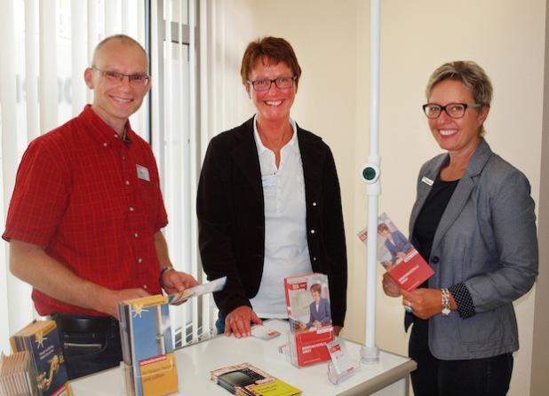 Sie sind Ansprechpartner für die Kunden des Jobcenters (von links): Holger Okken (Verbraucherberater in Soest), Hilde Becker (Leiterin der Verbraucherzentrale) und Ulrike Wengert-Neuhaus (Standortleiterin AHA Werl) - Foto: Lena Strutz/Jobcenter AHA.