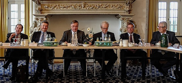 """Felix Hensel (3. v.l. ) leitete das """"Olper Stammtisch-Gespräch"""" der IHK auf Burg Schnellenberg (Foto: IHK Siegen)."""