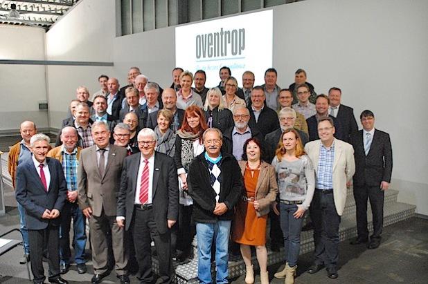 Die Olsberger Ratsmitglieder und Leitungskräfte der Stadtverwaltung diskutierten mit den beiden Oventrop-Geschäftsführern Georg Rump und Wolfgang Fähnrich auch über die künftigen Herausforderungen am Standort Olsberg (Foto: Stadt Olsberg).