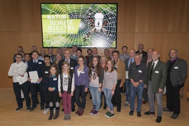 Regierungspräsident Dr. Gerd Bollermann (2. Reihe, 4. v.l.) mit den diesjährigen Preisträgern im Großen Sitzungssaal der Bezirksregierung (Foto: Bezirksregierung Arnsberg).