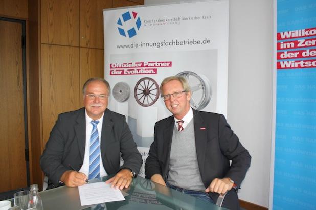 Walter Jung (l.) und Dirk H. Jedan vereinbarten eine enge Kooperation für die Zukunft (Foto: Kreishandwerkerschaft Märkischer Kreis).