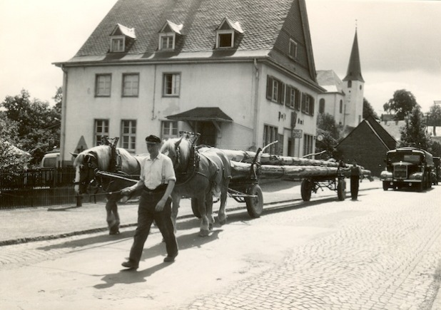 """Die Nassauische Straße in Burbach mit der """"Alten Post"""". Um die Geschichten aus den frühen Jahren geht es im Burbacher Erzählcafé am kommenden Montag (Foto: Gemeinde Burbach)."""