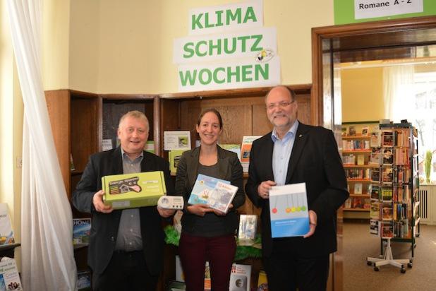 Wolfgang Römer (r.), Hemers erster stellvertretender Bürgermeister, eröffnete die Klimawochen in der Stadtbücherei mit Büchereileiterin Katrin Gabriel und Klimamanager Martin Rabe (Foto: Stadt Hemer).