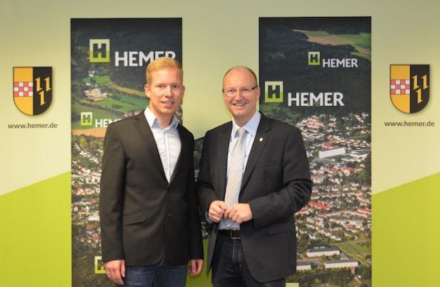 Bürgermeister Michael Esken (r.) gratuliert Christian Schweitzer zur Wahl als Amtsleiter (Foto: Stadt Hemer).