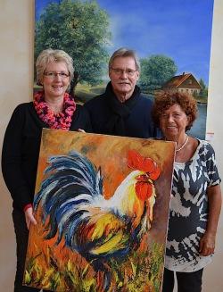 Gabriele und Gerhard Dahm stellen aus. Organisiert wird die Kunstausstellung von Edelgard Hunsmann (rechts) - Foto: Diakonie Mark-Ruhr gemeinnützige GmbH.