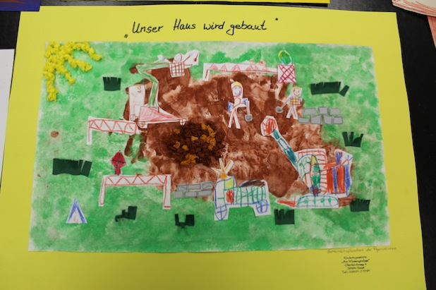 """Der 3. Platz: Die Gemeinschaftsarbeit """"Unser Haus wird gebaut"""" - eingereicht von der Kita Wiesengraben (Foto: Rigaring)."""