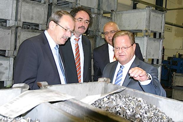Geschäftsführer Karlheinz Munz erklärt Landrat Thomas Gemke, Jochen Schroeder und Andreas Becker (von links) die Produktionsprozesse bei Nedschroef Altena (Foto: Erkens/Märkischer Kreis).