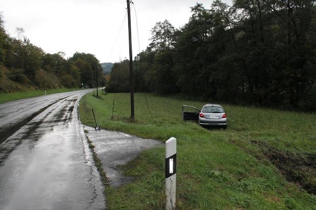 Photo of Auto prallt gegen Telefonmasten