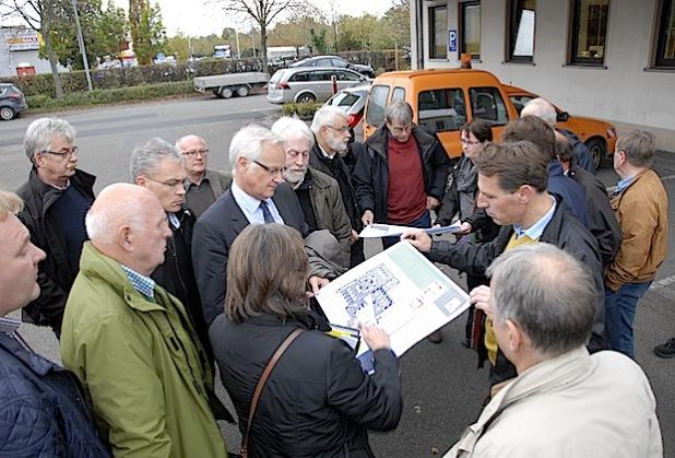 Die Mitglieder des Ausschusses für Bau- und Straßenwesen informierten sich unter anderem an den Kfz-Zulassungsstellen in Soest (Bild) und Lippstadt (Foto: Wilhelm Müschenborn/Kreis Soest).