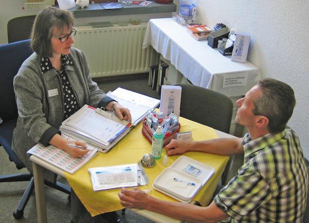 Aids-Koordinatorin Karola Born in einem Beratungsgespräch über sexuell übertragbare Infektionen (Foto: Peter Militzer/Kreis Soest).