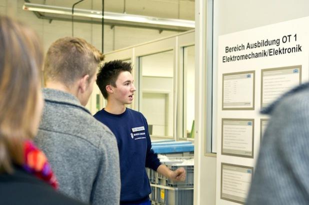 30 Besucher führten die Auszubildenden bei Busch-Jaeger im vergangenen Jahr durch das Unternehmen am Freisenberg, um ihnen die beruflichen Möglichkeiten bei dem Marktführer für Elektroinstallationstechnik aufzuzeigen (Foto: Busch-Jaeger).