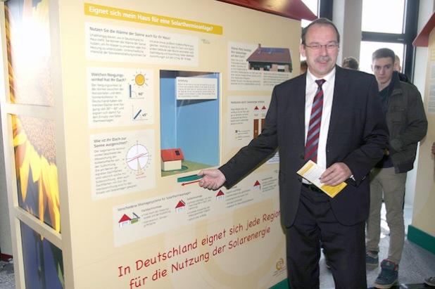 Landrat Thomas Gemke eröffnete die Ausstellung zur Energieeffizienz im Lüdenscheider Kreishaus (Foto: Erkens/Märkischer Kreis).