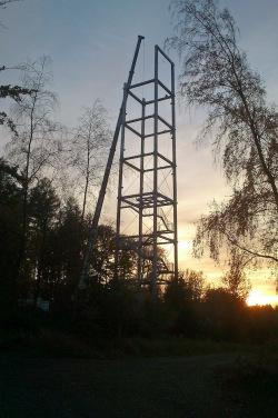Das Stahlskelett des Möhneseeturms hat die Höhe der Aussichtsplattform erreicht, nicht mehr viel fehlt bis zu den kompletten 35 Metern (Foto: Michael Matysiak/Naturpark Arnsberger Wald).