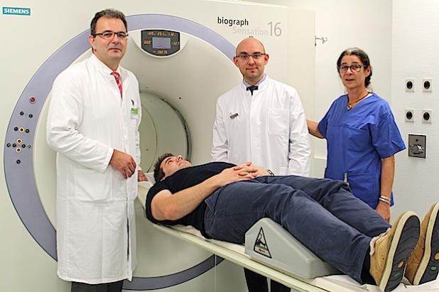 In Siegen gibt es künftig im PET/CT-Zentrum eine der derzeit modernsten Untersuchungsmethoden für Patienten mit Krebs- und Gehirnerkrankungen. Dr. Michael El-Sheik (links) und Privatdozent Dr. Deniz Kahraman (2. von rechts) leiten das Zentrum (Foto:  Diakonie in Südwestfalen gGmbH).