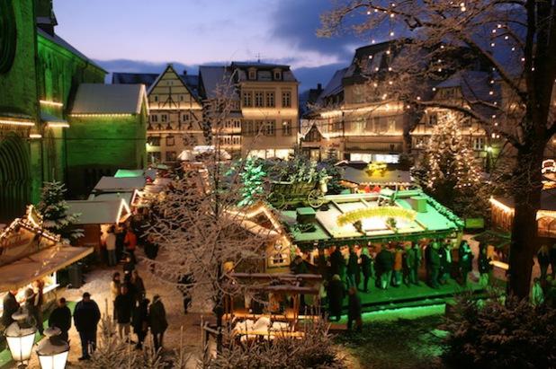Der Soester Weihnachtsmarkt auf dem Petri-Kirchplatz (Quelle: Wirtschaft & Marketing Soest GmbH).