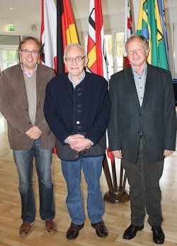 Manfred Kattenborn (links) und Manfred Linke (rechts) dankten dem scheidenden Gruppensprecher Peter Lindner für sein langjähriges Engagement (Foto: Kreis Olpe).