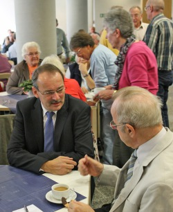 Auch der ehemalige OKD Dr. Bernhard Schneider (rechts) war aus Greven gekommen. Hier ein kleiner Schwatz mit Landrat Thomas Gemke (Foto: Hendrik Klein/Märkischer Kreis).