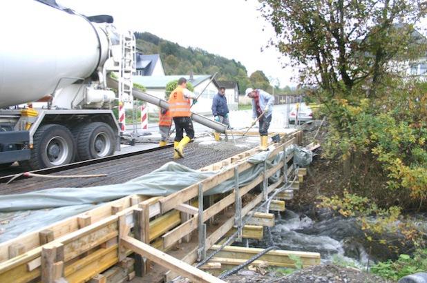 An der Brücke am Rautenschemm wird der Gehweg komplett erneuert (Foto: Stadt Meschede).