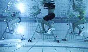 Aqua-Cycling mit einem Zumba Warm-up