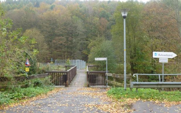 Aufgrund von Sanierungsarbeiten muss eine der beiden Brücken an der Bahnstraße im Attendorner Ortsteil Kraghammer ab Montag, 27. Oktober 2014, bis voraussichtlich Donnerstag, 30. Oktober 2014, gesperrt werden (Foto: Hansestadt Attendorn).