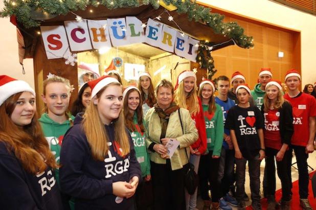 Die Freude über den 3. Platz war  groß. Schülerinnen und Schüler der Schülerei eSG vom Rivius Gymnasium Attendorn mit NRW-Schulministerin Sylvia Löhrmann bei der Siegerehrung (Foto: Volksbank Bigge-Lenne eG).